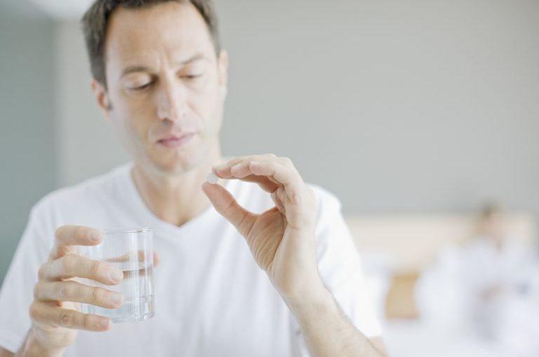 muzhik-pjet-tabletku